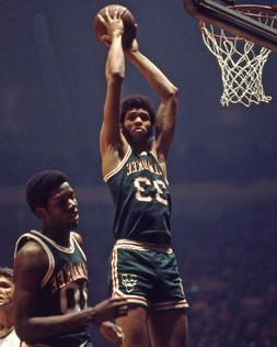 Milwaukee Bucks KAREEM ABDUL-JABBAR Glossy 8x10 Photo Basket